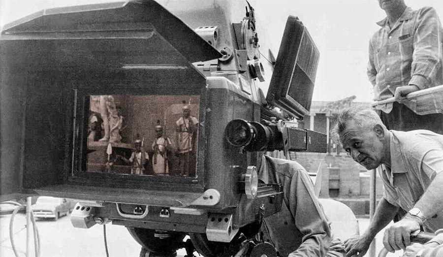 Imagen de William Wyler, junto a la Cámra 65 (MGM's 65mm anamorphic widescreen format). Imagen del Equipo técnico de la película Ben-Hur (1959).