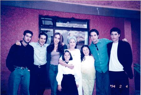 Fotografía de Marcela Lombardo Otero, siendo candidata a la Presidencia de la República en 1994, con sus siete nietos. De izquierda a derecha Pablo, Rodrigo, Daniela, Natalia, Marcela, Emilio y Diego.