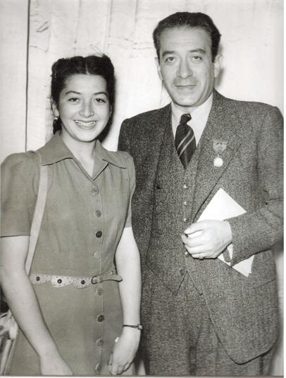 Fotografía de Marcela Lombardo Otero con su padre Vicente Lombardo Toledano, en París en 1945, con motivo de la fundación de la Federación Sindical Mundial.