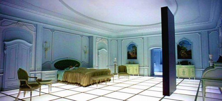 imagen del monolito en la habitación en 2001: una odisea del espacio