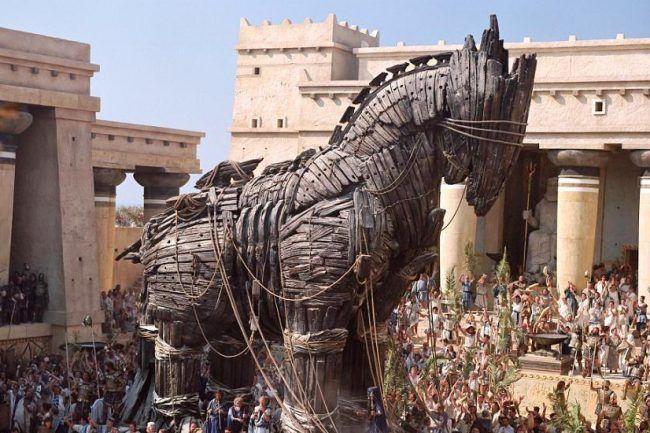 El caballo de Troya tal como se representa en la película Troya (2004)