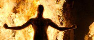 Imagen de V saliendo del fuego