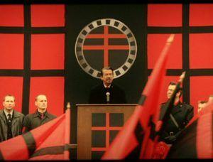 Frame donde aparece Adam Sutler, líder del Partido Fuego Nórdico (Infografía)