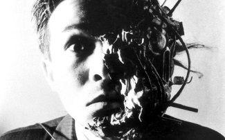 En 1989, Shinya Tsukamoto produce, escribe, dirige y coprotagoniza 'Tetsuo: El hombre de hierro'.