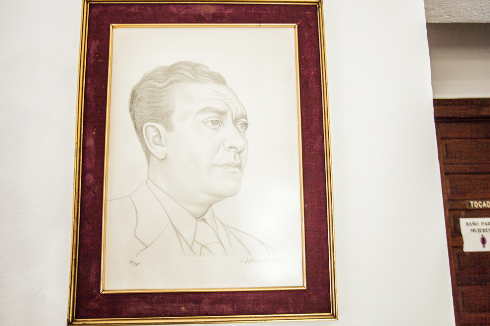 Biblioteca Patrimonio y cuadro de Vicente Lombardo Toledano dibujado por Raúl Anguiano