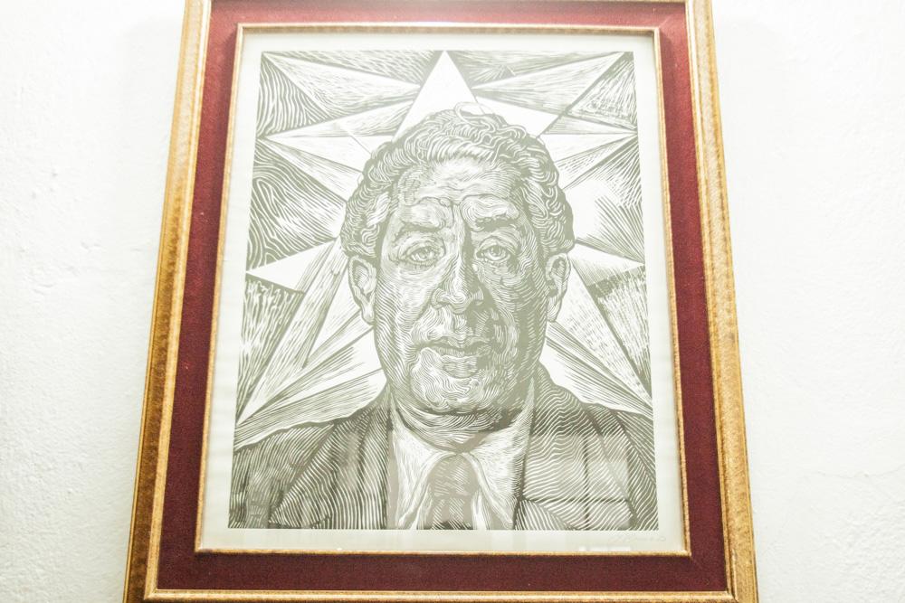 Biblioteca Patrimonio y cuadro de Vicente Lombardo Toledano. Dibujado por Carlos Bracho