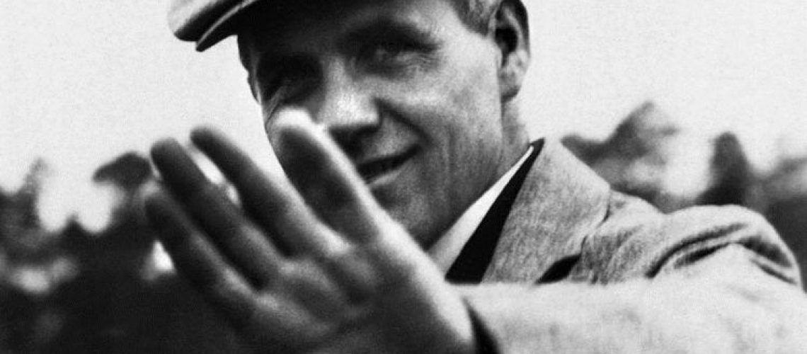 Fotografía en blanco y negro de Hannes Meyer saludando